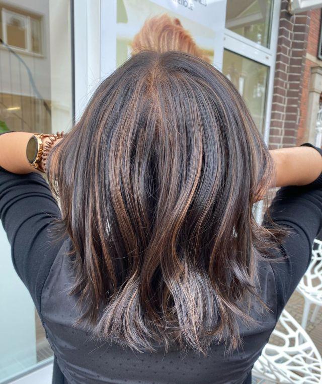 Leichte Highlights 🤎 by @tiaa1a  Schönes Wochenende wünscht euch das Team. #brownhair  #friseur  #friseurgütersloh #wellen #schönehaare #blackhairstyles #hairstyle  #labiosthetique  #labiosthetiqueparis  #gütersloh  #fahlke #salonfahlke