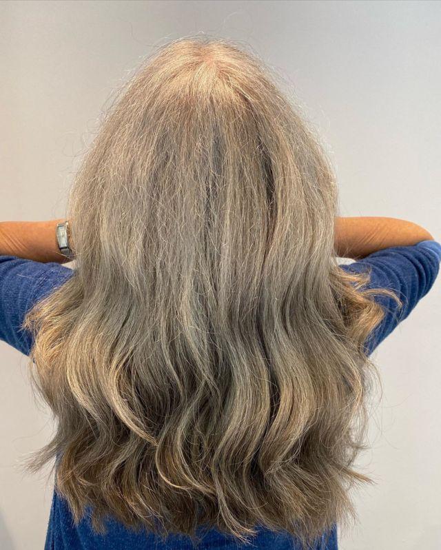 Auch Graue Haare kann man mit verschiedenen Varianten wieder zum Glänzen bringen 🤍💫 Colour and cut by @tiaa1a  #labiosthetiquecolor  #haare  #friseurgütersloh  #greyhair  #colour #schönehaare #gütersloh #wellen  #hairstyle #schönehaare #blondehair  #fahlke  #salonfahlke #labiosthetiqueprofessional  #labiolovesfashion #fashion